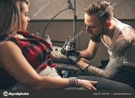 спокойный человек сделать татуировку на руке женщина стоковое