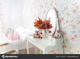 Schlafzimmer Kommode Vintage Mit Spiegel Herbst Stockfoto 155123464