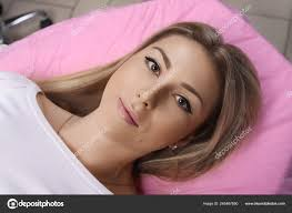здоровые спа молодых красивых женщина после перманентного макияжа