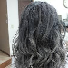 透ける髪色で大人の女性を魅せるグレーアッシュ 美容室トップスタイル