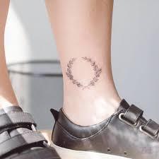 татуировка лозы хмеля на щиколотке абстрактные мотивы крылья и