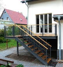Wir haben uns trotzdem für diesen werkstoff entschieden, weil er durch seine homogene struktur in oberfläche. Holztreppe Aussen Terrasse Treppe Holztreppe Aussen Selber Bauen Terrassen Treppe Treppe Aussen Aussentreppe