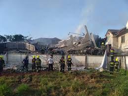 ระทึกไฟไหม้หมู่บ้านกฤษดานคร อาคารถล่ม กู้ภัยดับ 5 ราย บาดเจ็บเพียบ