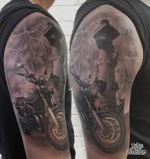 тату реализм мотоцикл и ростральная колонна на плече тату чб