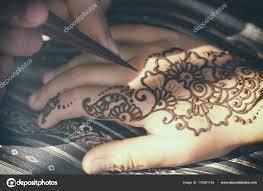 процесс рисования мехенди хны на руке у девушки стоковое фото