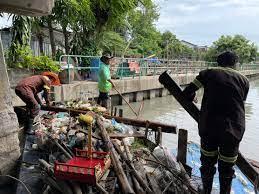 เก็บขยะและวัชพืชคลองเปรมประชากรช่วง ตลาดบางซื่อถึงสะพาน งามวงศ์วานเขตบางซื่อจตุจักร