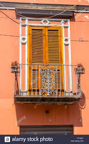 Traditionelle Italienische Tür Mit Fensterläden Metall Balkon