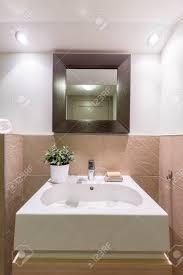 Badezimmer Mit Glänzenden Weißen Und Braunen Fliesen Neue