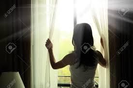 Mädchen Eröffnung Vorhänge Im Schlafzimmer Lizenzfreie Fotos Bilder