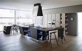 küche mit theke und essbereich in Holzböden für zeitgenössisch