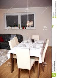 Eettafel In Woonkamer Stock Foto Afbeelding Bestaande Uit Platen