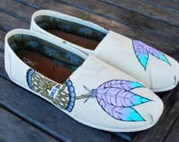 Dream Catcher Toms This pair of black glitter TOMS shoes feature a dream catcher on 4