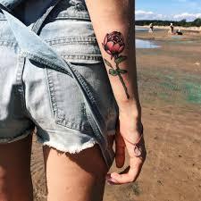 тату на руке девушка роза на стебле фото рисунки эскизы