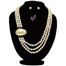 bold and beautiful 3 lines pearl set with large mother of pearl pendant