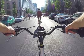 Risultati immagini per lei brutta lui bello in bicicletta