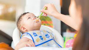 Mẹ cho bé ăn bột mặn khi nào để con sẵn sàng và hợp tác
