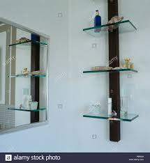 Spiegel Und Glas Regale In Der Modernen Badezimmer Stockfoto Bild