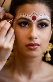 bengali bridal makeup with traditional and chandan forehead decoration in red and white