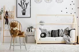 Schwarz Weiß Jungen Schlafzimmer Mit Hausbett Und Stuhl Lizenzfreie