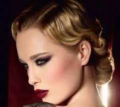 žena In Hledáte Inspiraci Pro Slavnostní účes Vsaďte Na Glamour
