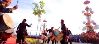 Pengertian musik tradisional adalah musik yang berakar pada tradisi masyarakat tertentu, maka keberlangsungannya dalam konteks saat ini yaitu upaya pewarisan secara turun temurun masyarakat sebelumnya untuk masyarakat selanjutnya. Kedudukan Dan Fungsi Musik Tradisi Di Indonesia