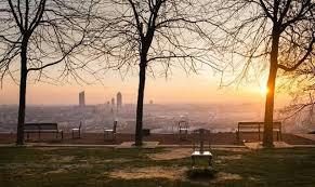 Les premiers rayons de soleil sur Lyon, vus depuis le Jardin des  Curiosités. | Coucher de soleil, Lyon, Soleil