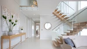 scară cu garduri de sticlă în interiorul casei