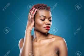 Noir Belle Femme Avec Des Cheveux Courts Rouge Hérissés