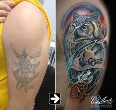 перекрытие старой татуировки сова и часы Chillout Tattoo Workshop