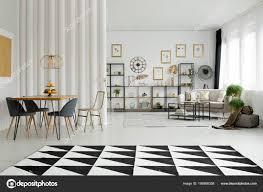 Schwarz Weiß Geometrische Teppich Innen Offener Raum Mit Stühlen