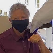 Bill Gates recebe primeira dose de vacina contra a covid-19 - Link - Estadão