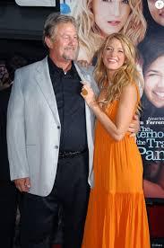 Blake Lively et son père, l'acteur Ernie Lively, à l'avant-première du film  The Sisterhood Of The Traveling Pants 2 au Ziegfeld Theatre. New York, le  28 juillet - Purepeople