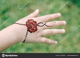 Použití Henna Tetování Ruku ženy Umělec Stock Fotografie Xicro