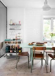 una casa de estilo industrial y tonos pastel
