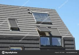 Moderne Mansarddach Mit Sonnenkollektoren Oberlichter Und Jalousien