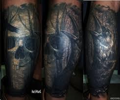 ворона и череп на фоне деревьев добавлено костя довгаль