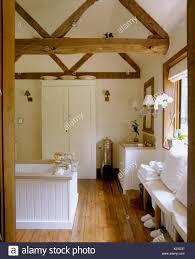 Holzbalken Apex Decke Und Holzboden Im Land Badezimmer Mit Weiß