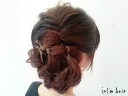 髪の多い女性も可愛くまとまるアシンメトリーのヘアスタイル