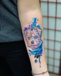 тату пёс на руке в стиле акварель от дена татунаруке