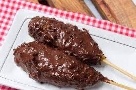 Sate taichan disajikan bersama dengan sambal merah yang berasal dari cabe rawit dan cabe keriting, tanpa menggunakan bumbu kacang, atau bisa dikatakan saus sambal. Sate Pisang Taichan Goreng Tokko