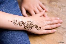 Fotografie Obraz Henna Tattoo On Small Girl Hand Posterscz