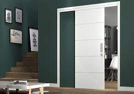 As portas sarrafeadas são feitas a partir de uma técnica que acrescenta maior resistência e segurança à madeira. Porta Branca Lisa Standard Kit Porta Pronta Madeiral Portas