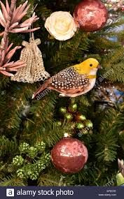 Ein Kleiner Gelber Vogel Christbaumschmuck Unter Den Kugeln