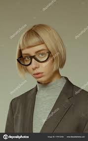 Blond Meisje Met Kort Kapsel Fashion Bril Stockfoto