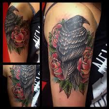 татуировка на бицепсе парня черный ворон фото рисунки эскизы