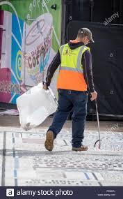 Resultado de imagen de Trabaja recogiendo basura