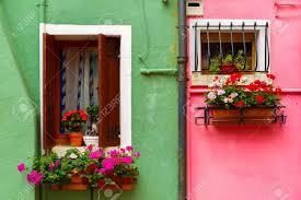 Malerische Fenster Mit Fensterläden Und Blumen Auf Rosa Und Grünen