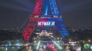 Parigi celebra Neymar: Torre Eiffel illuminata con i colori brasiliani poi del Psg