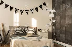 Gezellige Slaapkamer Met Groot Bed En Decoratief Behang Royalty