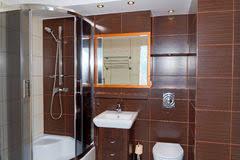 Pavimento Scuro Bagno : Bagno moderno con un rubinetto la vasca di acqua e pavimento